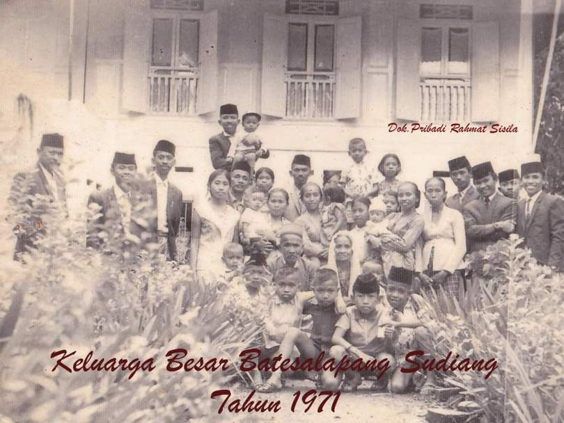 Keluarga besar saya di Makassar berfoto bersama kakek dan nenek yang dikelilingi oleh anak-mantu dan cucu, cicitnya (foto dok pribadi)