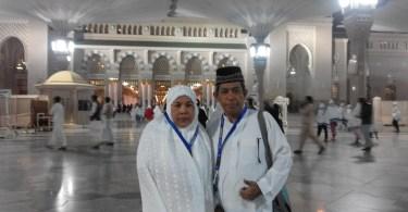 Berpose berdua istri di pelataran Masjid Nabawi, Madinah saat umrah akhir tahun 2015-2016 bersama keluarga besar (foto dok pribadi Nur Terbit)