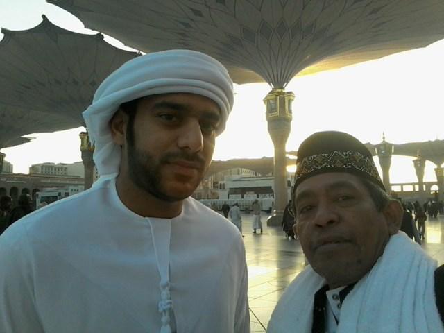 Berkenalan dengan pengusaha muda dari Uni Emirat Arab di pelataran Masjid Nabawi, Madinah usai sholat Subuu saat umrah akhir tahun 2015-2016 bersama keluarga besar (foto dok pribadi Nur Terbit)