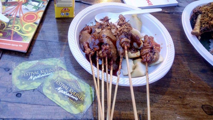 Sate ayam dan lontong, salah satu menu ngabuburit di arena Festival Kuliner La Piazza, Summarecon, Sentra Kelapa Gading (foto dok pribadi)