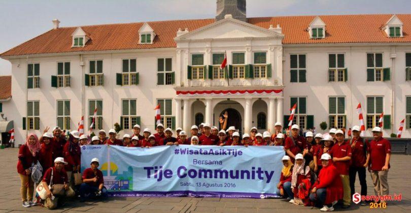 Komunitas blogger foto bersama dengan latarbelakang gedung hTransjakarta (dok WA TdB)