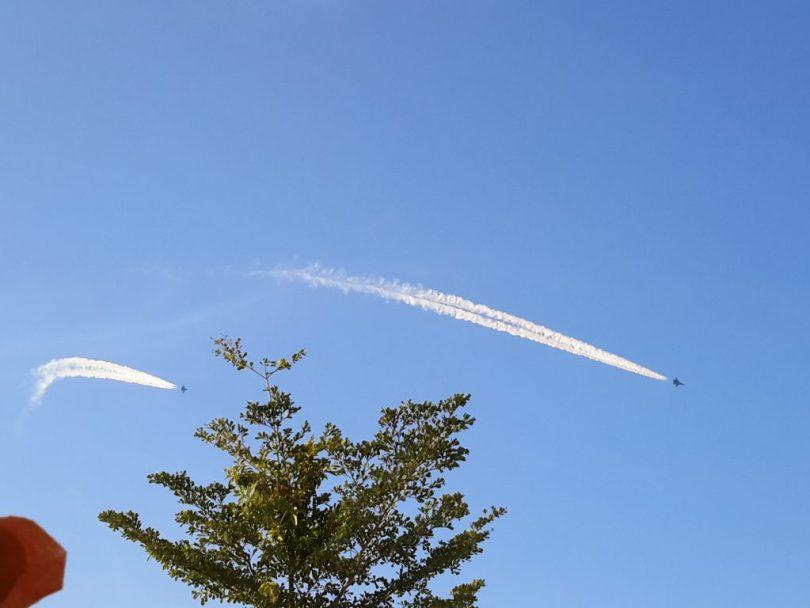 Atraksi pesawat tempur Shukoi di langit Makassar. Terbang dan mendarat di Lanud Hasanuddin Mandai Makassar di Maros (foto dok pribadi)
