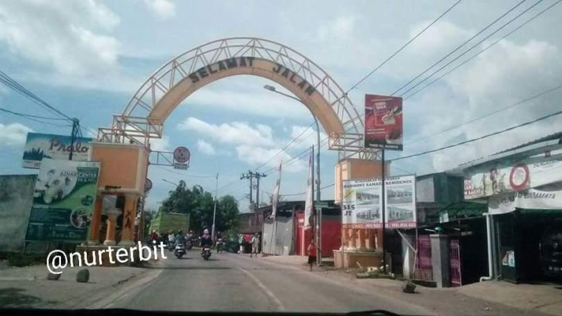 MAKASSAR-GOWA, gerbang batas wilayah Kabupaten Gowa - Kota Makassar (foto : Nur Terbit)