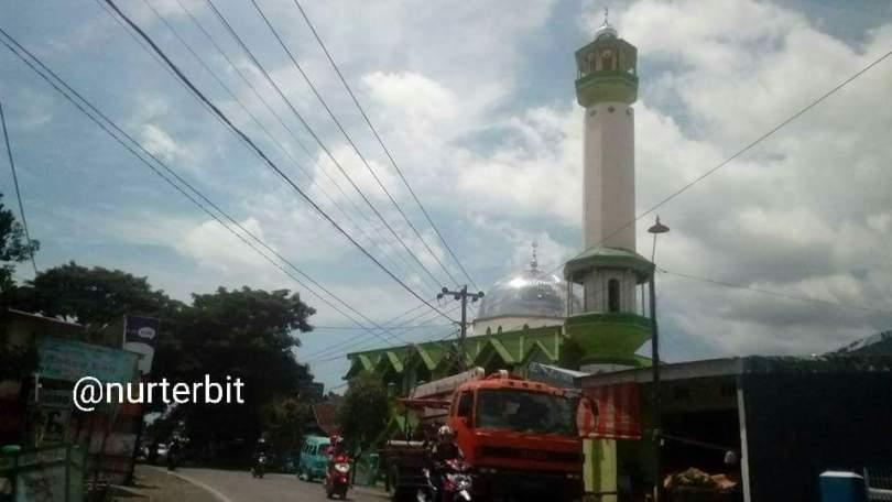 Jalan alternatif Makassar - Gowa lewat pinggiran kota (foto : Nur Terbit)