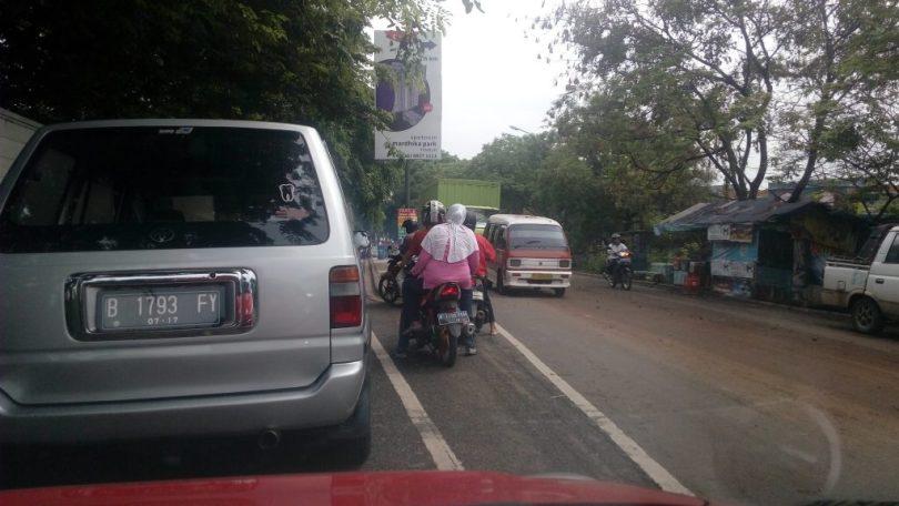 MENYETIR DI JAKARTA (foto Nur Terbit)