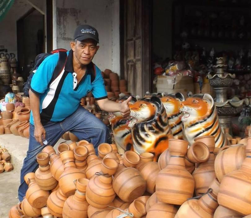 Mejeng di depan kendi dari tanah liat produk Plered, Purwakarta (dok Nur Terbit)