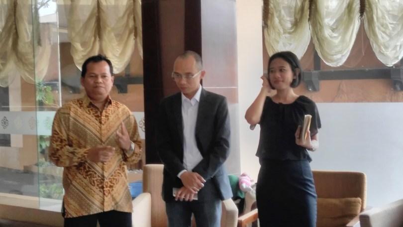Tuan rumah dari Tjokro Hotel Jakarta menyambut para blogger (foto Nur Terbit)
