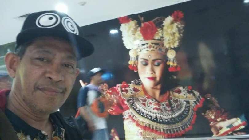 Berpose sejenak dengan penari Bali, saat tiba di Bandara I Gusti Ngurah Rai, Denpasar, Bali (foto dok Nur Terbit)