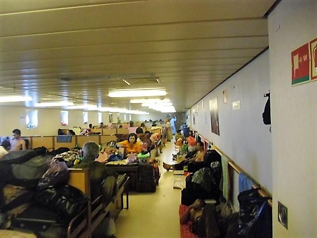 EKONOMI -- Penumpang kelas ekonomi di kapal laut. Tempat tidur berderet (Foto : Nur Terbit)