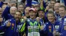 Valentino Rossi selebrasi Silverstone 2015 Senyum bersama Kru