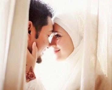 Ilustrasi pasangan suami istri islami bermesraan di balik kelambu ranjang/Foto: fakta.co.id