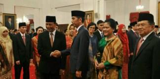 Presiden Jokowi memberikan ucapan selamat kepada Wiranto yang baru dilantiknya sebagai Menko Polhukam, di Istana Negara, Jakarta, Rabu (27/7)/Foto: Humas/Jay