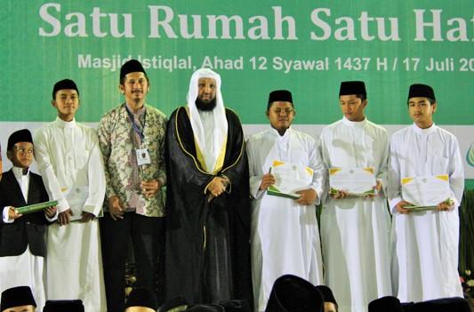 Syeikh Hasan Abdul Imam Masjidil Haram Hamid Bukhari bergamis hitam saat hadiri muktamar III Wahdah Islamiyah/Foto via panjimas