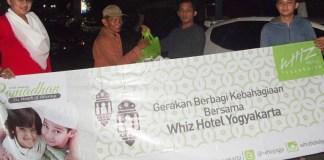 Tim Whiz Hotel Yogyakarta membagikan nasi box kepada warga di Jalan Mangkubumi/Foto Nusantaranews