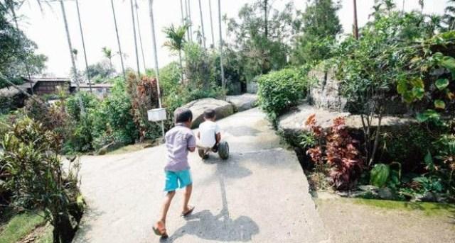 Anak-anak bermain di jalanan desa Mawlynnong/Credit: Tanveer Badal/BCC