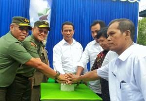 Mentan usai melakukan penyemaian padi perdana dalam rangka cetak sawah di Kabupaten Lingga seluas 100ha, Rabu, 7 September 2016/Foto dok. kementan