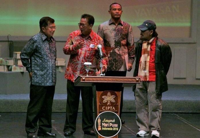 Jusuf Kalla di panggung Malam Anugerah Hari Puisi 2016/Foto: Dok. Batampos
