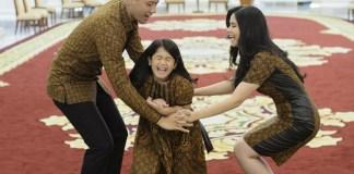 Annisa Pohan dan Agus Harimurti Tampak Sedang Bergurau Dengan Putri Semata Wayangnya. Foto via klimg