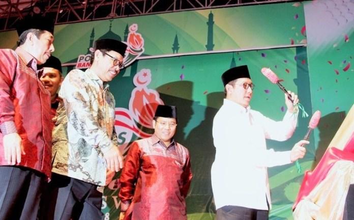 Menag Lukman memukul Terbang Gede menandai Penutupan Pospenas VII di Serang-Banten/ Foto: Dok. Kemenag/Furqan