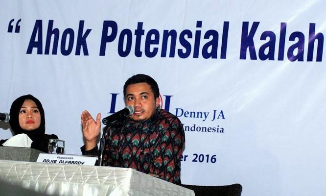 Peneliti senior LSI Denny JA, Adjie Alfaraby memaparkan analisa dan temuan survei terbaru Pilkada DKI/Foto: poskotanews.com