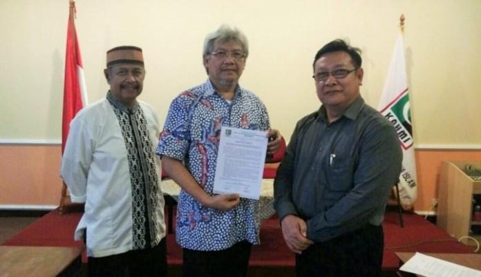 Presidium Kahmi MS Kaban tunjukkan Surat Pernyataan Sikap Mengecam Ahok/Foto: wartaekonomi.co.id