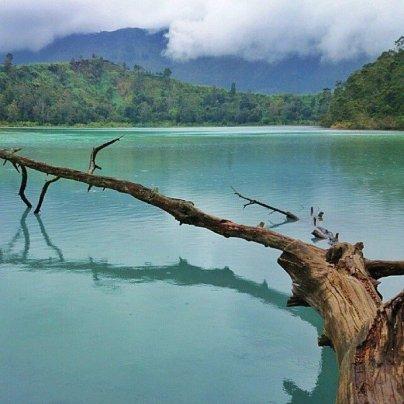 Spot Indah Telaga Warna dari pohon tumbang. Foto dok. @LingkarID