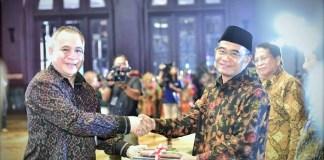 Mendikbud saat menyerahkan Penghargaan Bahasa dan Sastra Indonesia tahun 2016/Foto: Dok. Humas Kemendikbud