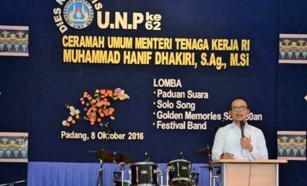 Hanif saat memberikan ceramah umum sekaligus membuka festival band Universitas Negeri Padang (UNP), Sabtu (8/10)/Foto: dok. Kemnaker