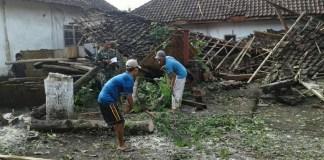 Karya Bakti Koramil 0824/06 Ledokombo Benahi Rumah Warga Korban Puting Beliung/Foto sis24 / Nusantaranews