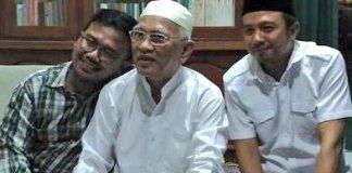 Pandu dan Bachtiar, sudah bisa tersenyum dan berfoto bersama Gus Mus. Foto Dok. Candra Malik