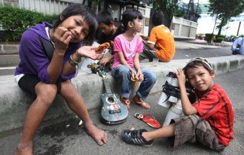 Para Anak-Anak di Indonesia mengais rezeki di Jalanan. Foto via lampost