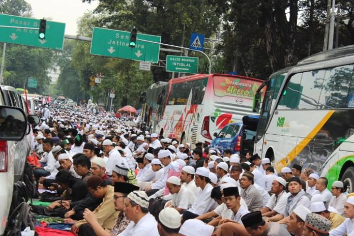 Peserta Massa Aksi 4 November Lakukan Shalat Jumat Sampai Di Jalan. Foto Andika/Nusantaranews