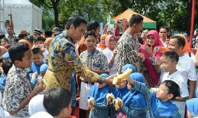Presiden Jokowi Saat Bagi Buah kepada anak-anak di Fruit Indonesia 2016. Foto Andika/Nusantaranews