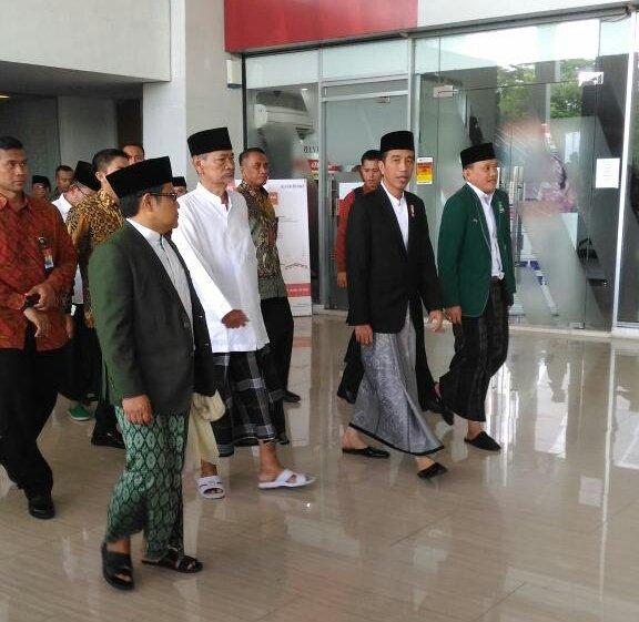 Presiden Jokowi bersama Cak Imim, KH Dimyati Rois dan Abdul Kadir Karding merakyat pake sarung. Foto Dok. @UmarMasdar