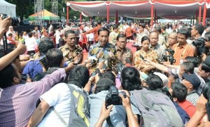 Presiden jokowi saat dikerubuti awak media di senayan. foto andika/Nusantaranews