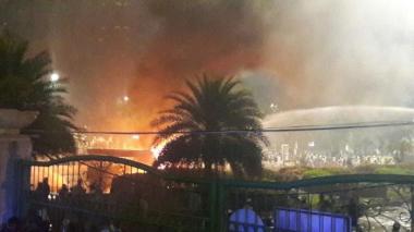 mobil aparat terbakar di kawasan monas. foto warta kota