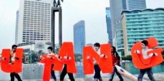 Aksi aktivis Koalisi Anti Utang di Bunderan Hotel Indonesia, Jakarta, Selasa (16/8). Mereka mendesak pemerintah melakukan audit hutang luar negeri/Foto : Dok. Antara