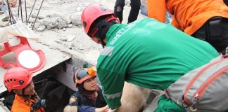 Bahu membahu saat evakuasi korban gempa Aceh. Foto Dok. Pribadi