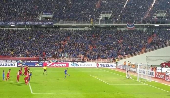 Kurnia Meiga gagalkan tendangan penalti Teerasil Dangda menit ke 80/Foto crop via Yotube