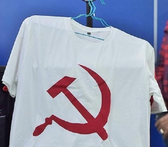 Kaos bergambar lambang palu arit, barang bukti yang diamankan Bareskrim Polri, dari tersangka penjualnya. Foto: Antara/Rosa Panggabean