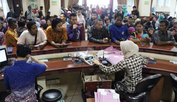 Masyarakat tampak sedang mengurus STNK dan BPKB. Foto Ilustrasi via jppn