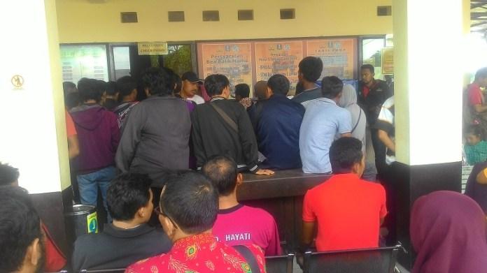 Suasana pembayaran PKB di Kantor Samsat Ponorogo, Kamis (5/1/2017)/Foto: Nurcholis