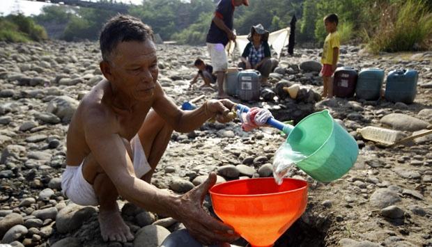Tampak Seorang Pria Paruh baya sedang mengisi Air. Foto ilustrasi/Tempo