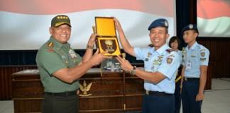 Tampak pada foto, Panglima TNI Gatot Nurmantyo menerima cenderamata dari Komandan Seskoau Marsda TNI Dedy N. Komara, S.E. Foto dok. Seskoau