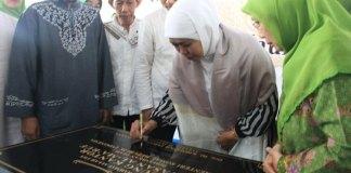 Usai peringatan Maulid Nabi Muhammad SAW, Menteri Sosial Khofifah Indar Parawansa meresmikan dan menandatangani prasasti Gedung Kantor Yayasan Al-Ma'ruf di Jakarta (Dok. Humas Kemensos)