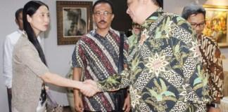 Menperin Airlangga Hartanto berjabat tangan dengan CEO Zemag Clean Energy Technology GmBh, Fu Minyan/Foto: Dok. Humas Kemenperin