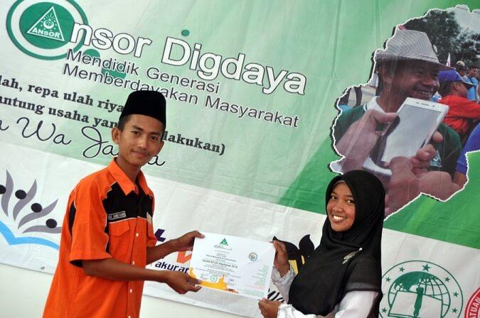 Zakiroh Mutawakil kanan menerima sertifikat BPUN dari Ketua Alumni BPUN 2015 Disisi Saidi Fatah kiri/Foto: PC GP Ansor Way Kanan