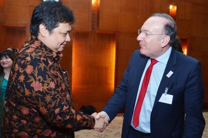 Menteri Perindustrian (Menperin) Airlangga Hartanto berjabat tangan dengan Duta Besar Perancis untuk Indonesia Jean-Charles Berthonnet/Foto: Dok. Humas Kemenperin