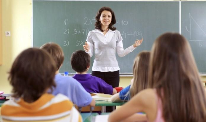 Seorang Guru Sedang mengajar anak didik/Foto Ilustrasi Istimewa/Nusantaranews