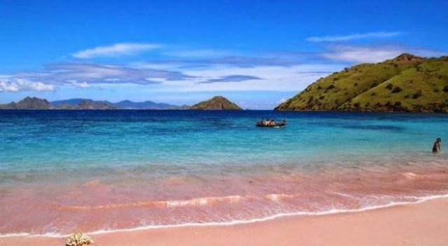Pasir Merah Muda dan Laut Biru Jernih | bintang.com